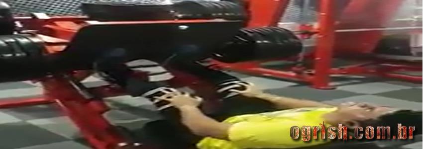 Homem quebra a perna ao levantar 400kg no legpress