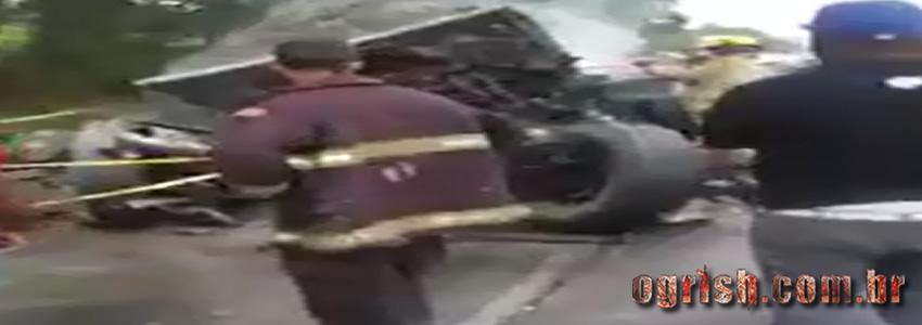 Homem carbonizado nas ferragens de caminhão