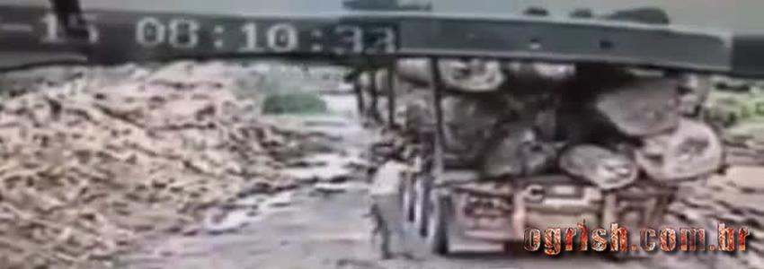 Homem morre esmagado por árvore que caiu desse caminhão
