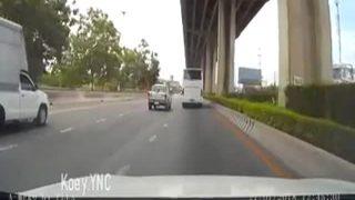 Homem cai de viaduto após ser atropelado por carro na Tailândia